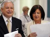 与妻子在欧洲议会选举上投票