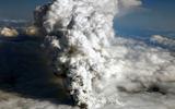 冰岛火山喷发冒出浓烟