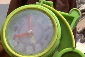 玉树强震第一天:人们在玉树职业技校女生宿舍废墟中挖出的一只闹钟,时间永远停留在7时55分。