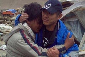 玉树强震第五天:玉树慈行喜愿孤儿院副院长抱着李连杰痛哭,香港义工黄福荣在此献出了宝贵生命。