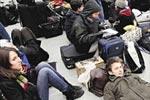 乘客在伦敦火车站大厅等候