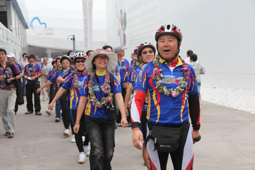 骑行队伍迈入世博园远大馆