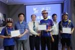 主办方为骑行队员颁发纪念证书