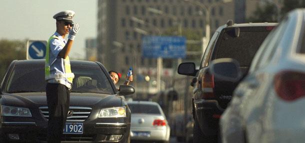 机动车司机向烈日下交警送水