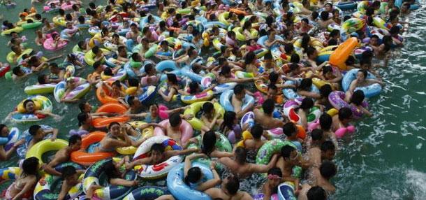 数千游客在中国死海度假区消暑度夏