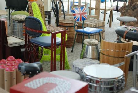 伦敦零碳馆的各式椅子,现代世博会的展览希望能启发观众的思考