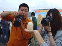 记者在拱棚示范园近距拍摄