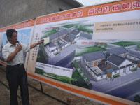领导介绍建设中的古城湾新村民房