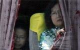 被劫车内乘客向外张望