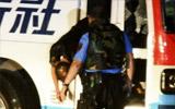警察检查劫持者尸体