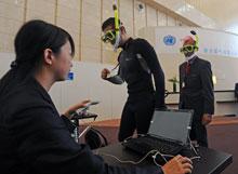 蛙人现身天津气候大会呼吁关注气候变化