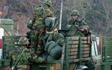 韩国士兵在整理作战用品