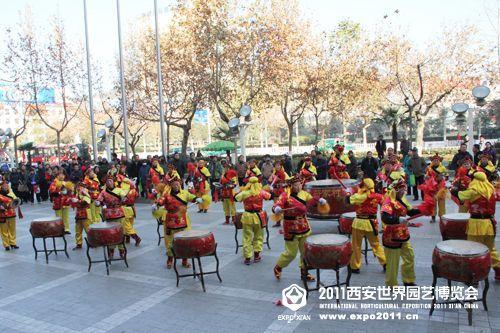 仪式现场,锣鼓欢天 过往群众纷纷驻足观看