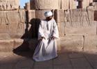身着阿拉伯传统服饰的男子