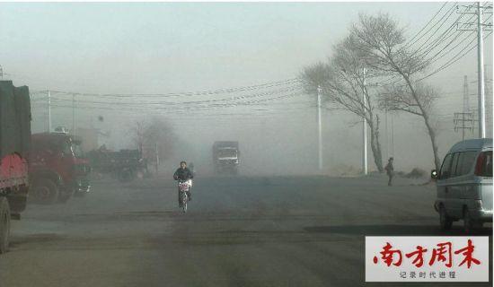 包钢和尾矿坝邻近的新光村,一刮风,尘土飞扬。