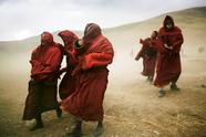 喇嘛前去为玉树地震中死难者祈福