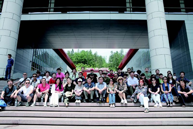 学员在江西井冈山革命纪念馆前
