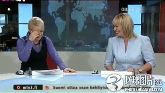 芬兰女主播直播台上摔倒 爬起后竟笑场不止