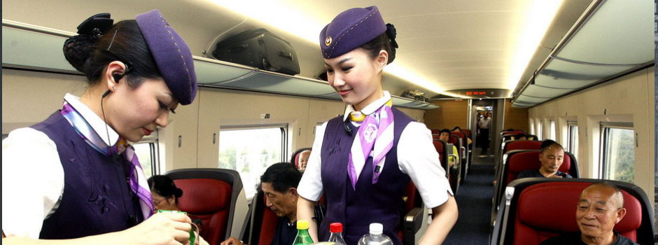 京沪高铁乘务员在为旅客提供餐饮服务