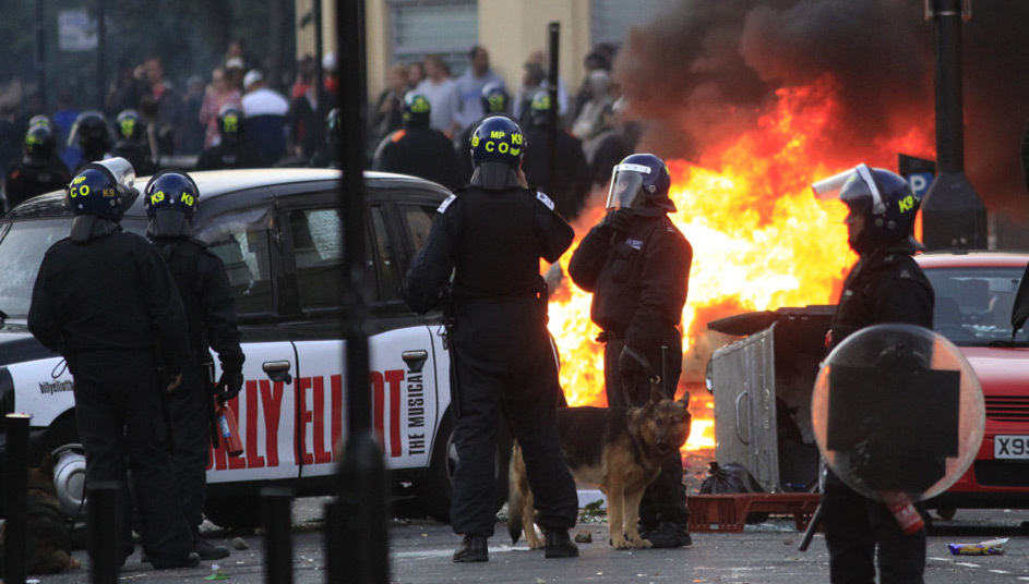 警察站在哈克尼区一辆燃烧的车辆前