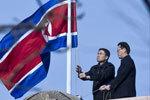 朝鲜驻中国大使馆工作人员降半旗