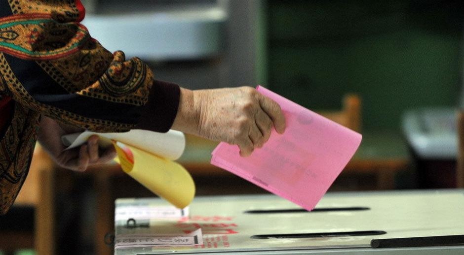 台湾民众前往投票所投票