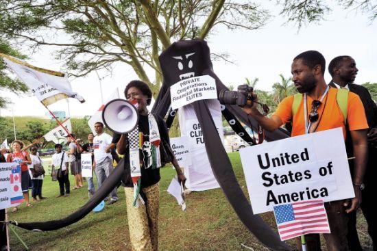 12月1日,抗议者在联合国气候大会会场外举行抗议活动