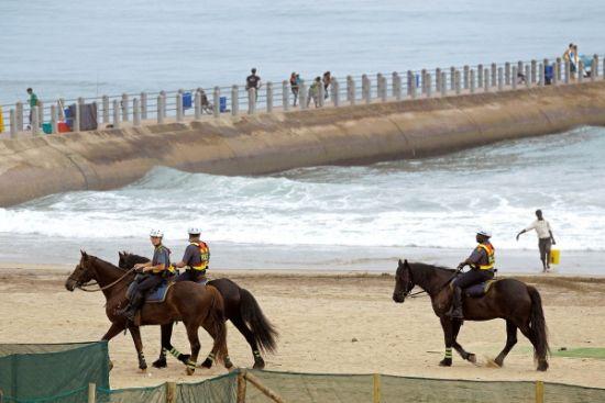 11月29日,南非警察骑马巡逻以确保气候会议安全举行