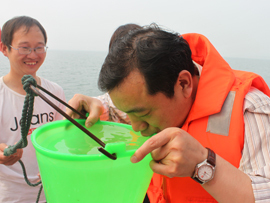 网络媒体走转改河南行报道团在丹江口水库直接引用丹江水。