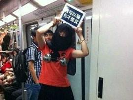上海地铁呼吁女性着装自重引抗议