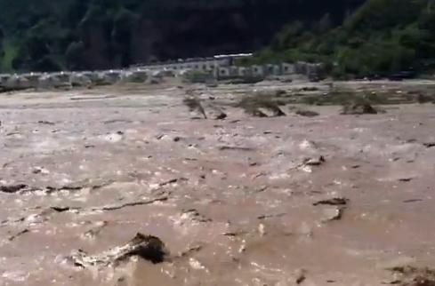 游客实拍北京暴雨导致京郊山洪暴发
