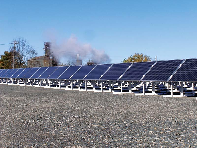 美国马萨诸塞州比尔里卡镇附近的太阳能电池板,架设在曾被污染过的工业土地上,一年大约可发电53.5万度,为71个家庭供电。