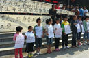 13名农民工子女举标语街头替父母讨薪