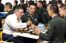 美国防长与解放军官兵食堂共进午餐