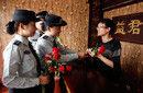 武汉女城管鲜花执法向听劝商户献花