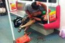 广州地铁两名乘客因抢座扭打血溅车厢