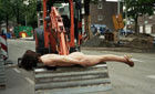 全裸女子在铲车电话亭上仆倒拍摄照片