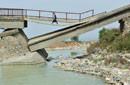 西安危桥摇摇欲坠2年多村民冒险通行