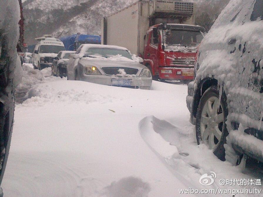 八达岭高速积雪致严重拥堵