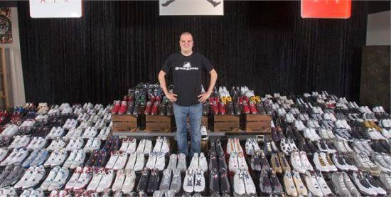 2012年9月25日,美国洛杉矶,乔丹·迈克尔·盖勒展示他收藏的2600余双耐克乔丹复古运动鞋,创世界纪录。
