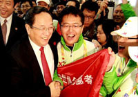 俞正声在上海世博会时看望志愿者