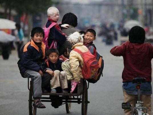 袁厉害骑着三轮接送孩子们上学