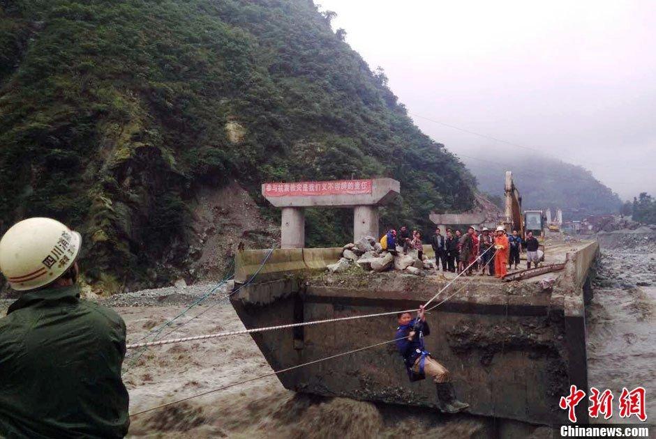 四川阿坝消防员飞渡断桥转移被困者
