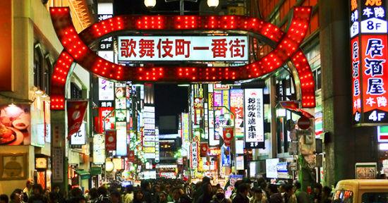 图为新宿歌舞伎町一番街。
