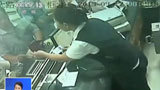 老人被逼亲自取钱猝死银行 现场监控曝光