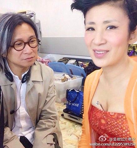 陈可辛盯老婆吴君如胸遭调侃