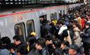 北京地铁早高峰 工作人员被挤上车