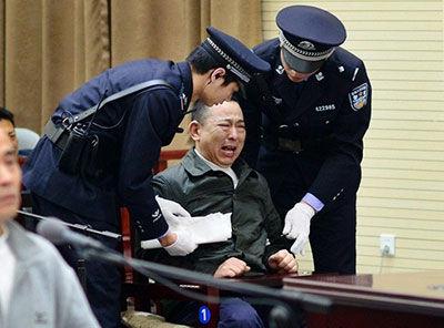 刘汉出庭受审情绪失控