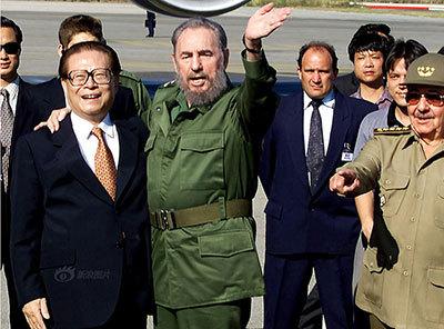 高清组图:2001年4月15日菲德尔-卡斯特罗拥抱江泽民