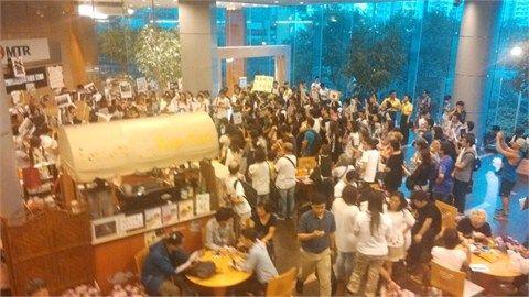 百余人港铁总部抗议。
